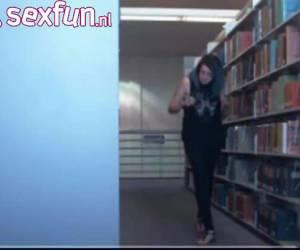 In de bibliotheek voor de webcam laat het meisje haar broek zakken en laat haar tietjes zien