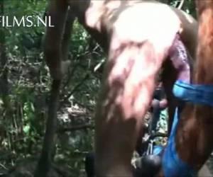 Deze natuurminnende homo gebruikt een boom als neukmachine