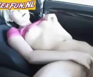 Opgewonden tiener vingert zichzelf in de auto
