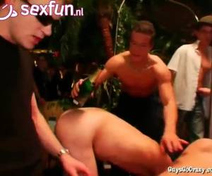 Een homo party met alleen jonge knullen