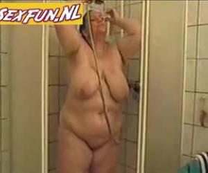 Vette teef mastubeert onder de douche
