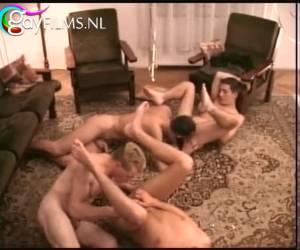 Pijpen en anus likken een geile mannen orgy