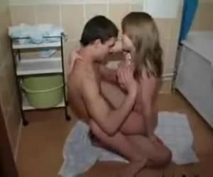 Jong stelletje zit in bad